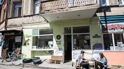 Mit Fleisch bewaffnete Neonazis haben ein veganes Restaurant angegriffen