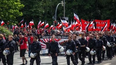 """Hitler-Plakate, Gegenproteste und Tausende Polizisten – Das war der """"Tag der deutschen Zukunft"""" in Dortmund"""