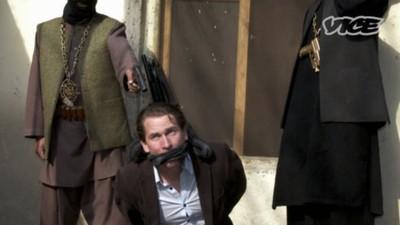 Fă cunoștință cu artistul care îmbină gablonțurile cu Jihadul