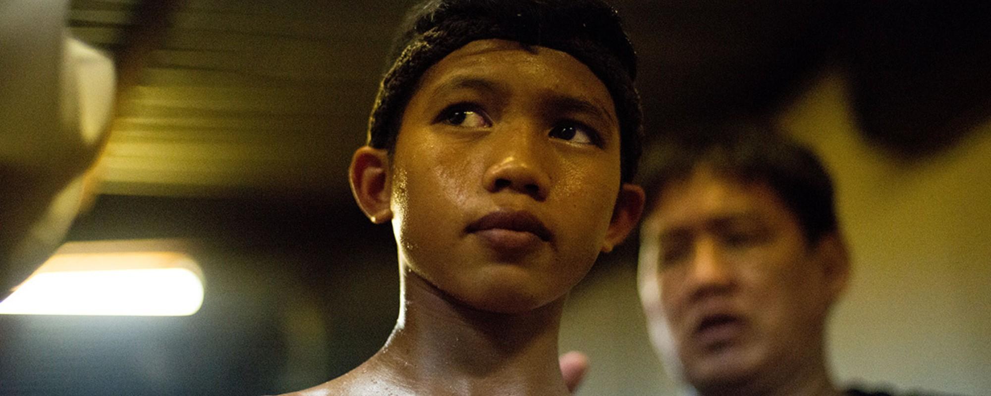 Foto's van piepjonge boksers bij een Muay Thai-toernooi in Bangkok