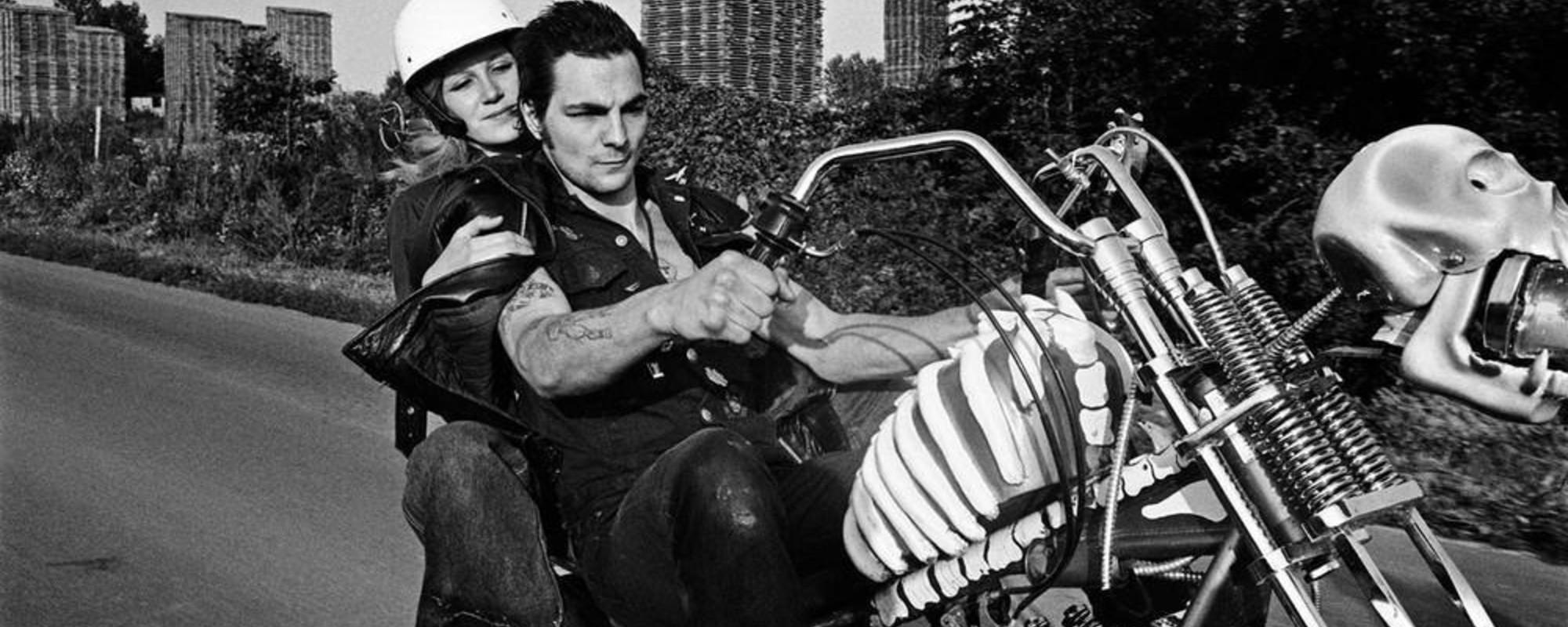 Nazistowskie przyśpiewki i żarcie z puszki: zobacz niesamowite zdjęcia paryskich motocyklistów lat 70.