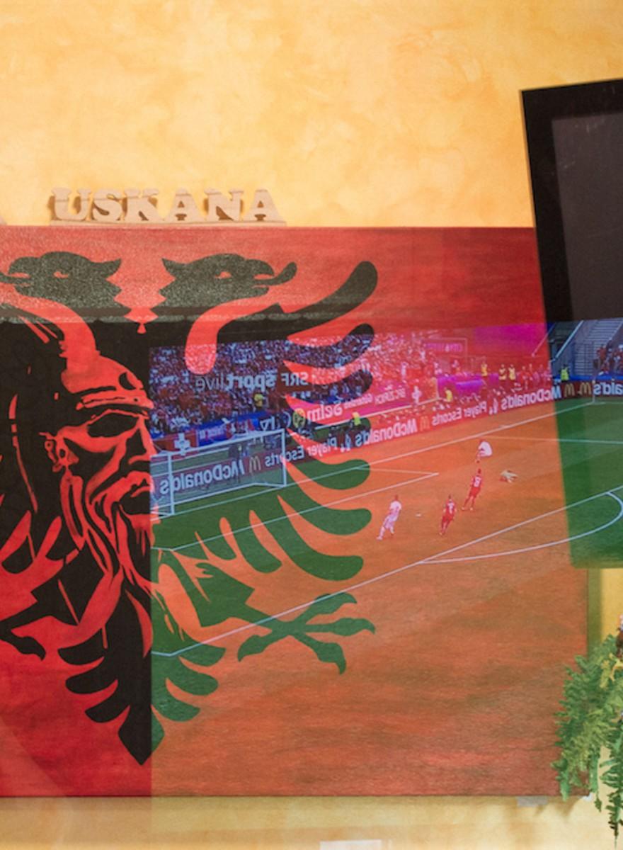 Das EM-Spiel Schweiz – Albanien in einer Schweizer Beiz und einem albanischen Clublokal