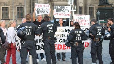 Verschwörungstheoretiker, Pegida und Antisemiten protestieren gegen die Bilderberg-Konferenz