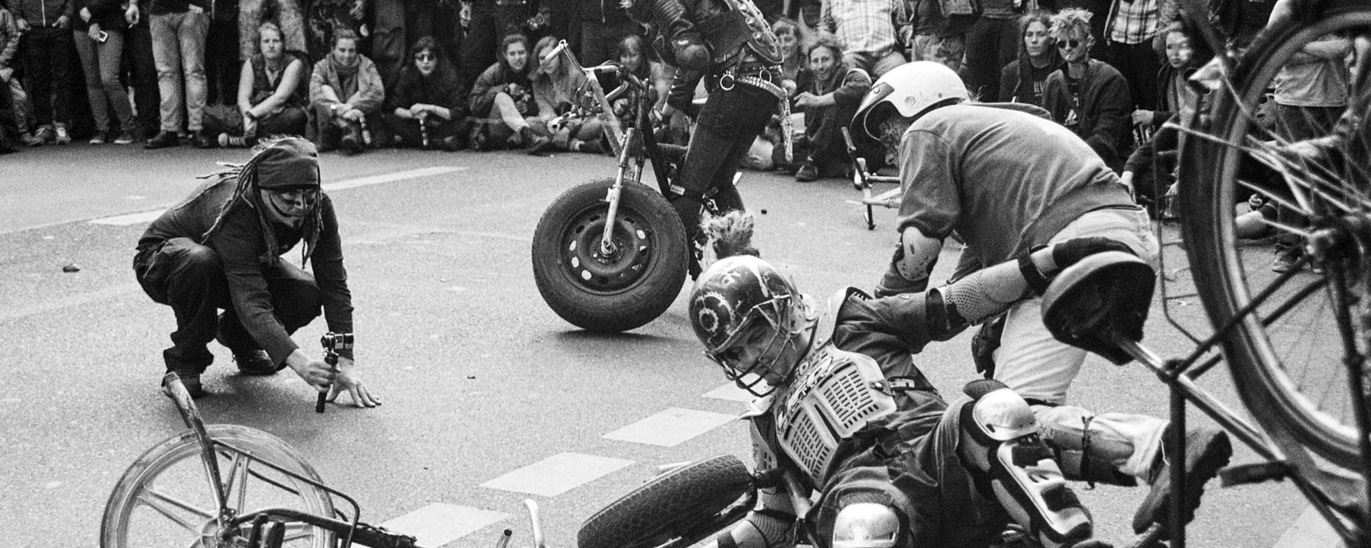 """Wenn Punks sich auf Fahrrädern prügeln – Willkommen auf den Berliner """"Bike Wars"""""""