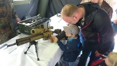 Kindergartenkinder an die Sturmgewehre: Die Bundeswehr macht's möglich