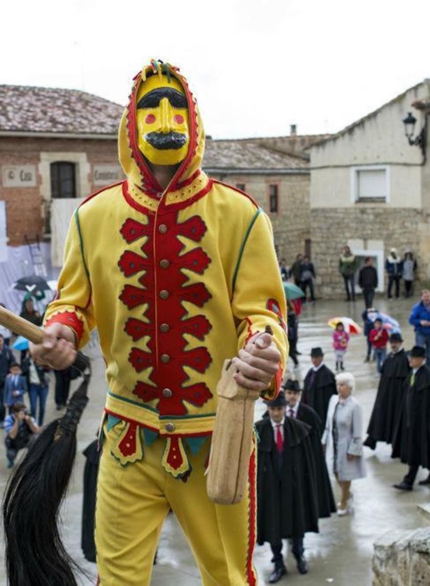 Locuitorii unui oraș spaniol sar peste bebeluși ca să-i ferească de păcate