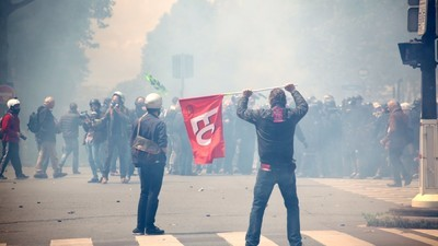 Gás lacrimogêneo e coquetéis molotov em Paris nos protestos contra as reformas trabalhistas na França