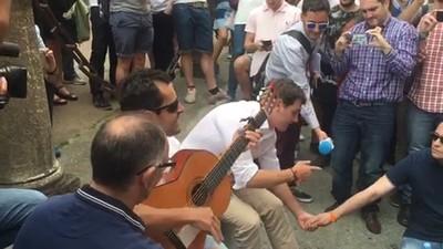 Un momento, ¿está Albert Rivera pillando un pollo de coca en este vídeo?