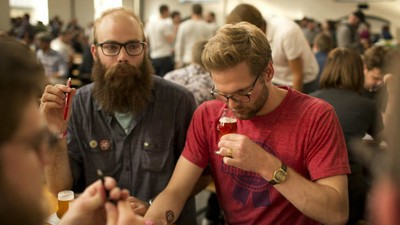 Cum să supraviețuiești la cel mai tare festival de bere din lume