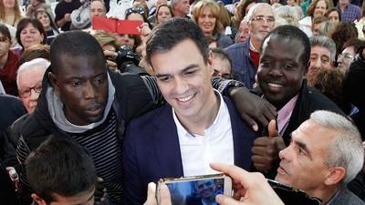 Hablemos de Pedro Sánchez limpiándose la mano después de saludar a una familia negra
