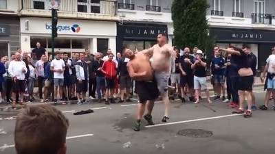 ¡Batalla de barrigazos! Los fans ingleses montaron un espectáculo en plena calle