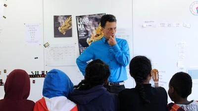 Une journée dans la classe des enfants migrants à Calais