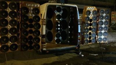 80 Lautsprecher im Van – Dieser Mann hat zu viel Party gemacht und muss jetzt büßen