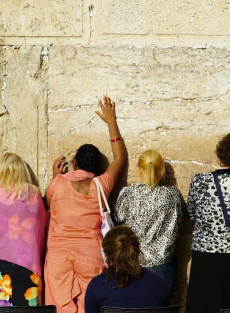 Fotografii cu femeile care se roagă separat de bărbații la Zidul Plângerii din Ierusalim