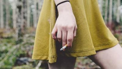 Adolescentele însărcinate fumează ca să nască copii mai mici