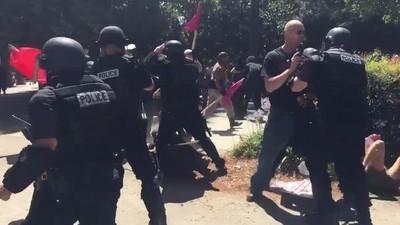 Varios heridos tras una batalla campal entre neonazis y antifascistas en California