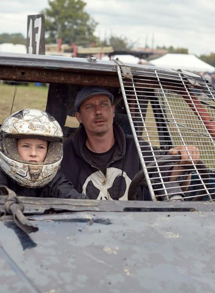 Błoto, piwo i dzieciaki: zdjęcia z francuskiej rozwałki samochodów