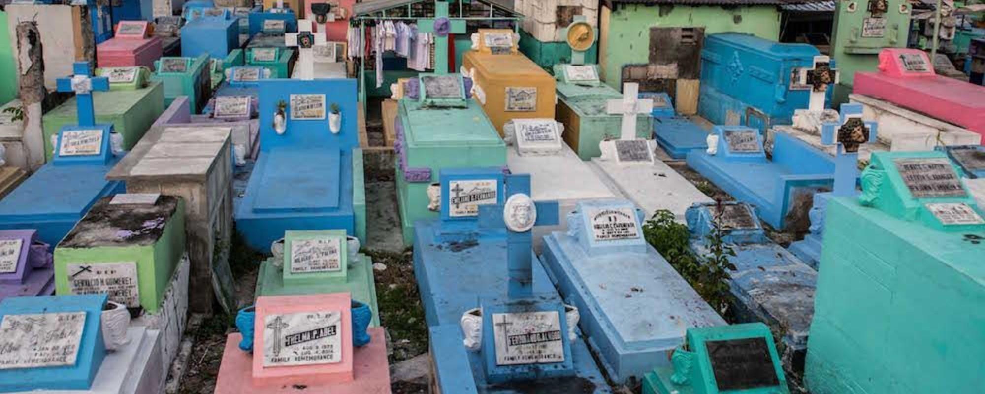 Fotos de un barrio en el interior de un cementerio filipino