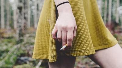 Έφηβες Κοπέλες Καπνίζουν στην Εγκυμοσύνη για να Έχουν Μικρότερα Μωρά