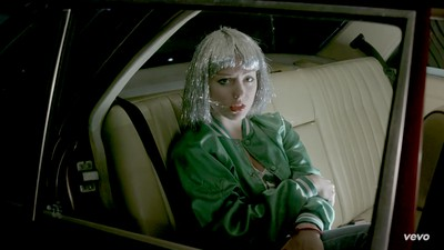 "Angel Olsen comparte ""Shut up and kiss me"" acompañada de un vídeo increíble"