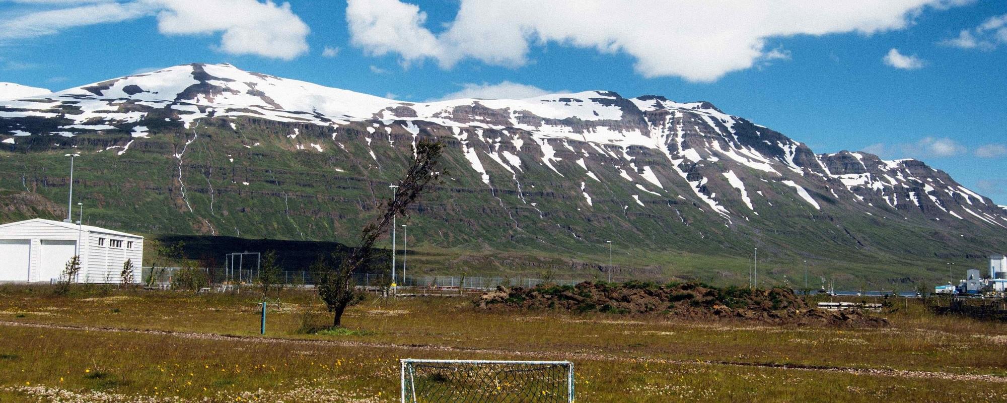 Lá na Islândia os campos de futebol estão por todo o lado