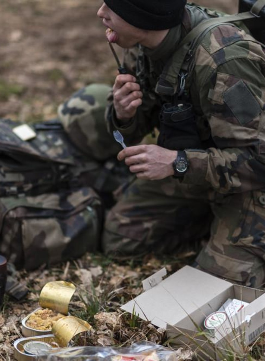 Fotos von jungen Fallschirmjägern in der Ausbildung
