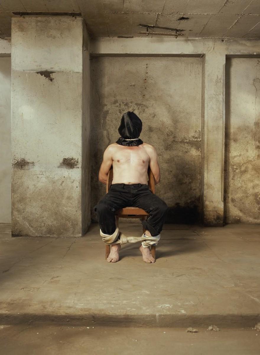 Dieser Fotograf stellt echte Folterszenen nach und lässt sie schön aussehen
