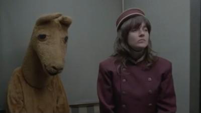 """Courtney Barnett hace de botones en el vídeo de """"Elevator operator"""""""