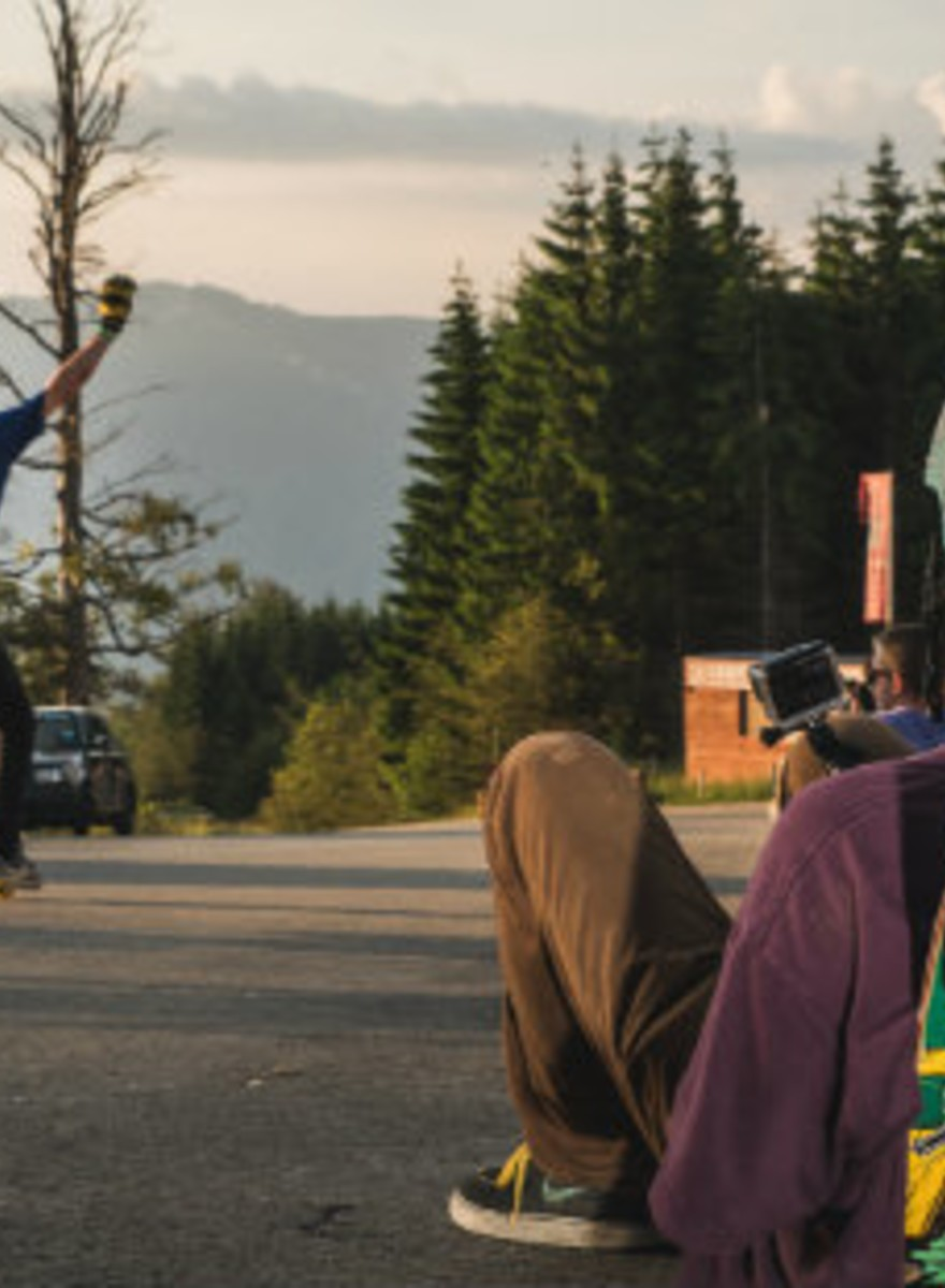 Longboarderii din jurul lumii au aflat ce superbe sunt serpentinele românești