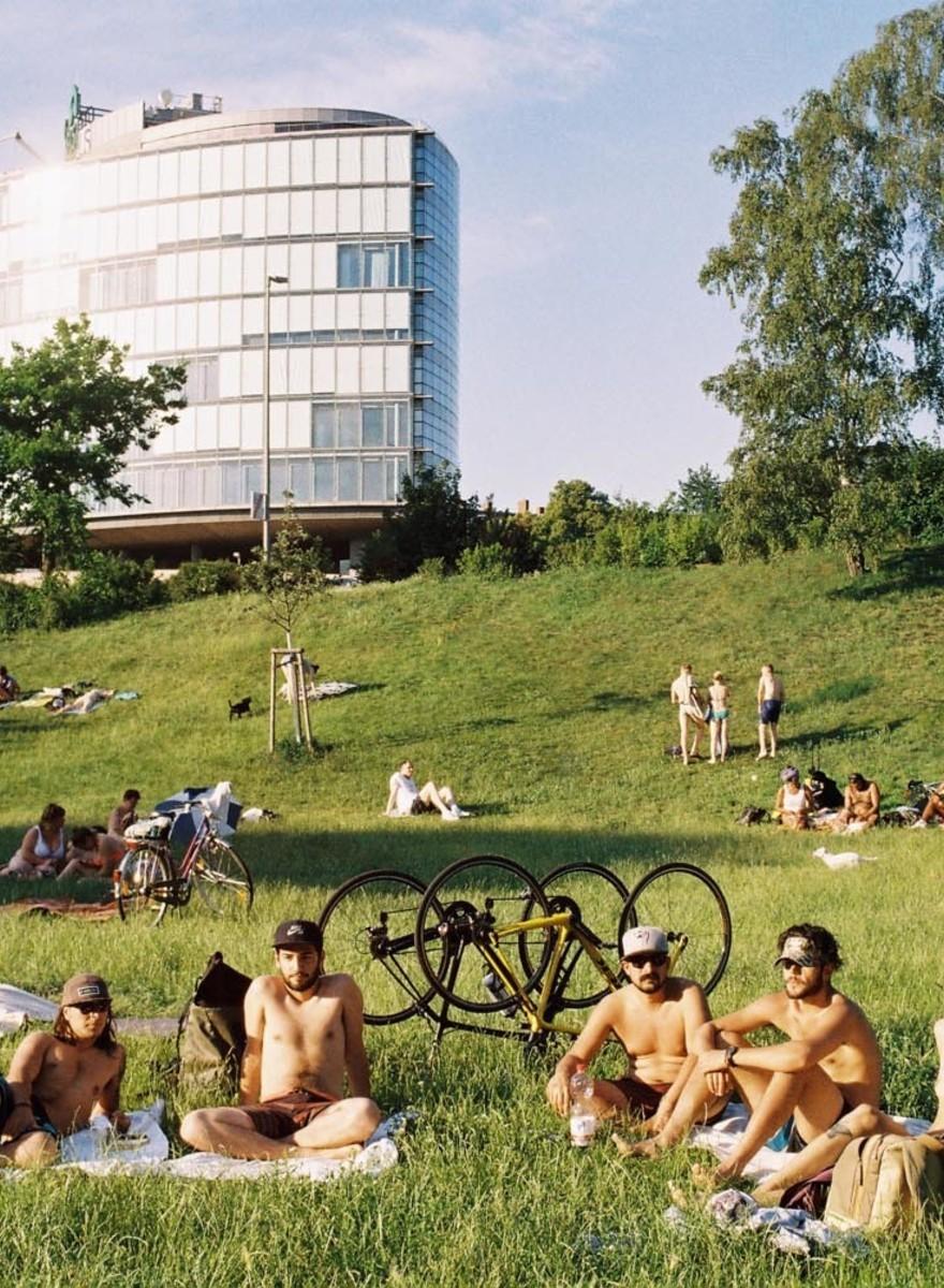 Fotografii cu oameni care fac nudism prin parcurile din Berlin