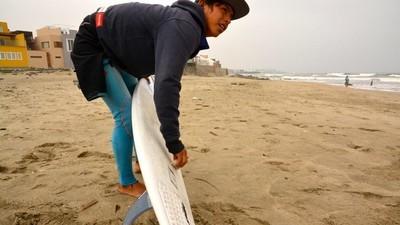 Así se vive el surf en los barrios pobres de Perú