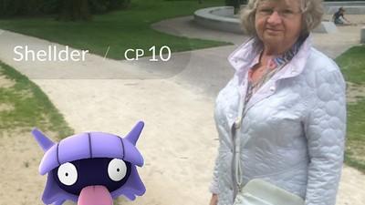 Ik speelde Pokémon Go met een bejaard dametje om verleden en toekomst samen te brengen