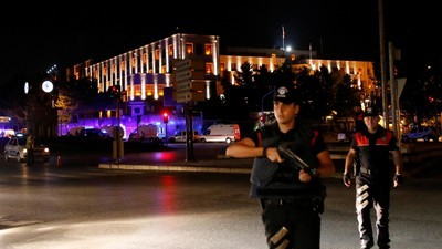 Het Turkse leger zegt een succesvolle coup te hebben gepleegd, de overheid ontkent dit
