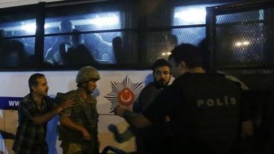 Erdogan inicia una purga masiva en el ejército y el sistema judicial