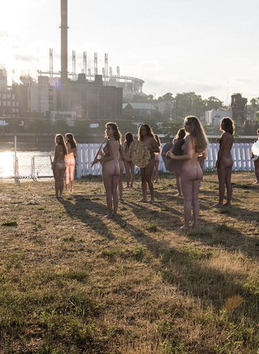 100 nackte Frauen demonstrieren gegen Trump