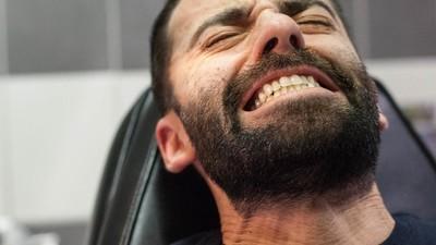 Pijnlijke portretten van mensen die een tatoeage krijgen