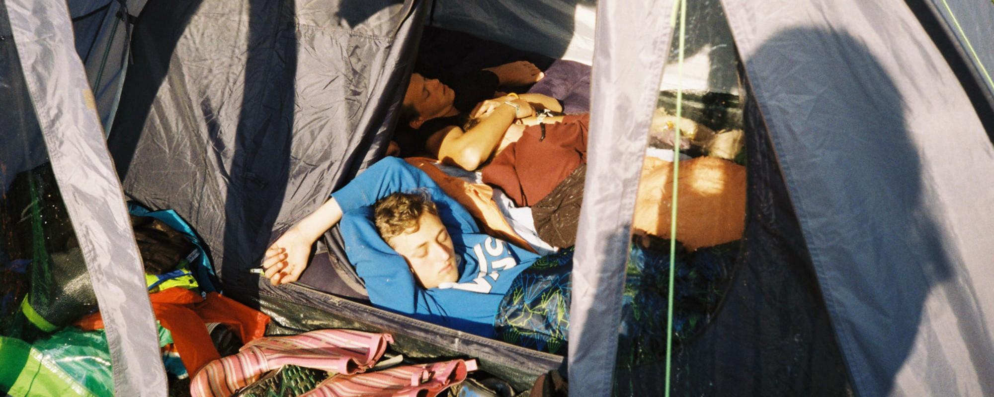 Fotografii cu oameni care se relaxează la cort, la Electric Castle, înainte să vină potopul