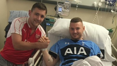 Ziemlich beste Freunde: Arsenal-Fan rettet Tottenham-Anhänger das Leben