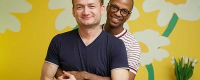 Am vorbit cu cei doi gay căsătoriți care luptă cu mentalitatea homofobă a românilor
