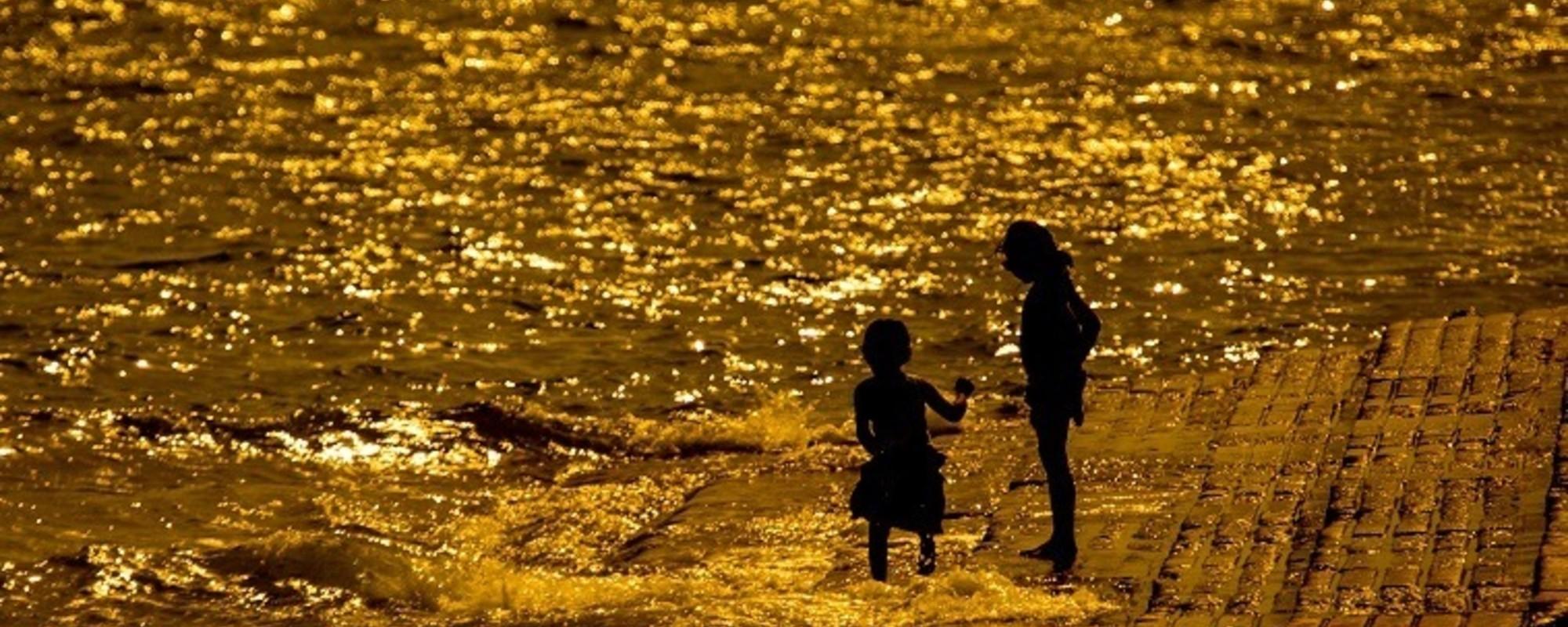Fotos de gente a enfrentar a onda de calor em Lisboa
