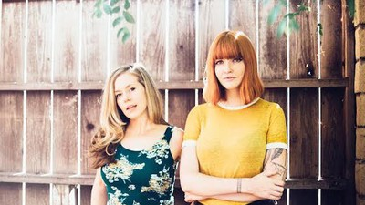 """Katy Goodman y Greta Morgan convierten el punk saltarín de """"Sex beat"""" en un hit de pop meloso"""