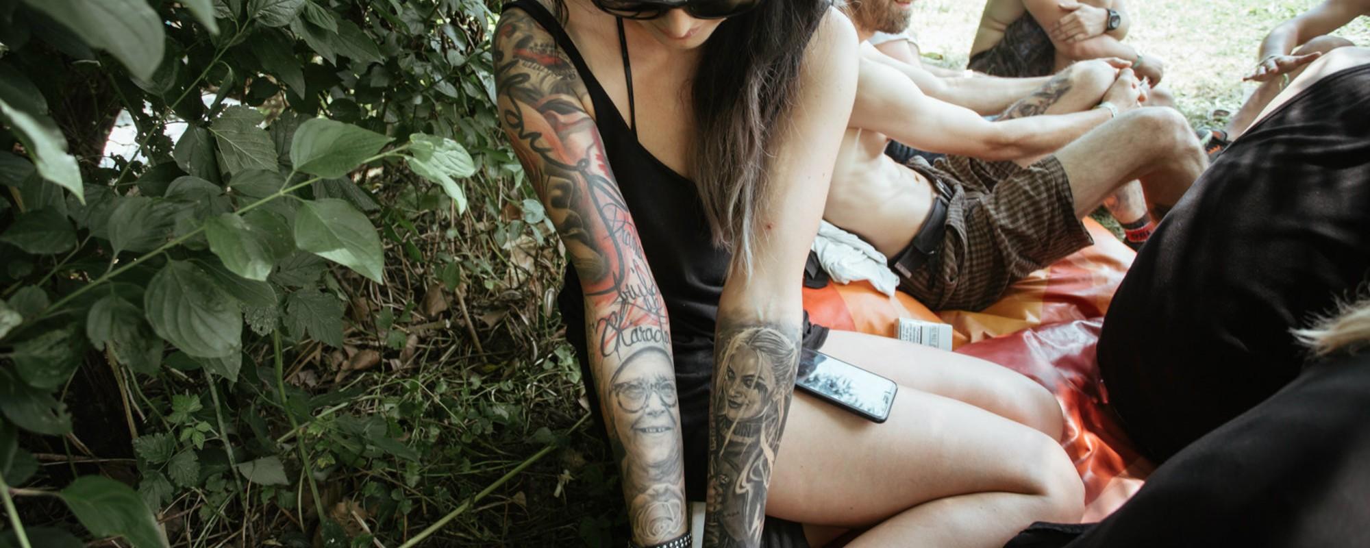 Fotografii cu tatuajele oamenilor de la Electric Castle, care-ți arată ce înseamnă normalitatea