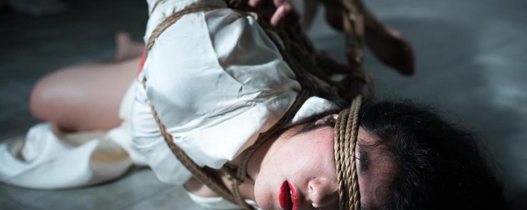 Femeia asta încearcă să rupă scena de BDSM din Japonia