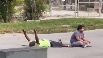 Mit ausgestreckten Armen auf dem Rücken liegend: US-Polizei schießt auf unbewaffneten Schwarzen