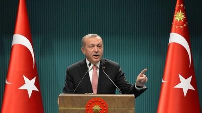 In der Türkei verhängt Erdogan den Ausnahmezustand, in Frankreich ist er mittlerweile Normalität