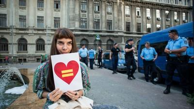Am fost la protestul gay din București, unde jandarmii mi-au spus că n-am voie cu inimi