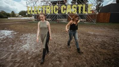 Cum să supraviețuiești și să petreci pe ploaie la Electric Castle, ca un boss