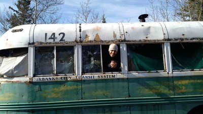 Por que as pessoas continuam tentando visitar o ônibus de 'Na Natureza Selvagem'?