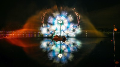 Esta nube psicodélica está sobre un rio y se activa con tu energía