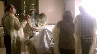 Un doctor grabó gusanos saliendo de una herida
